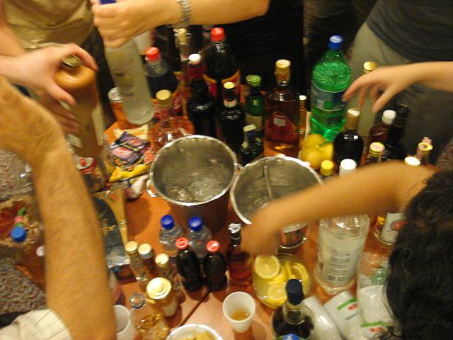 Medio millar de menores descubiertos en una fiesta alcohólica convocada por Facebook