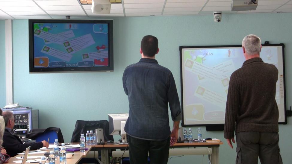 Miembros del equipo IKATE juegan con una herramienta diseñada para fomentar la convivencia positiva y reducir el ciberbullying
