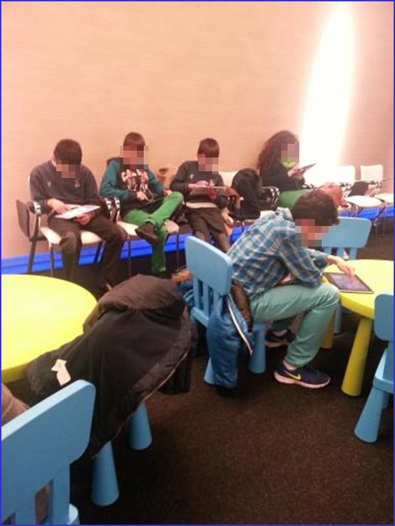 Adolescentes juegan con tablets a videojuegos educativos de PantallasAmigas en tienda Flagship de Telefonica