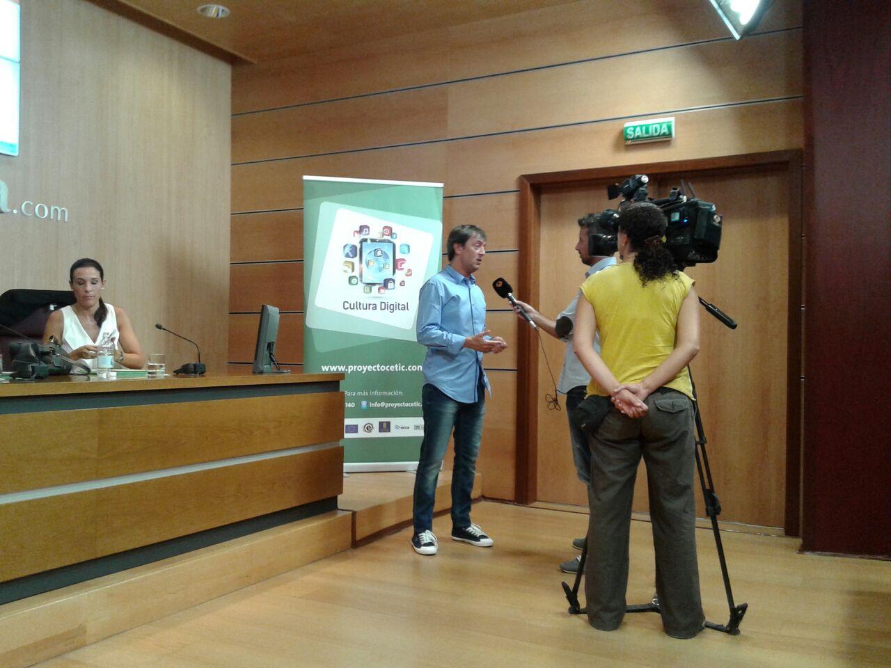 Jorge Flores entrevistado por reporteros de Antena 3 momentos antes del inicio de la jornada