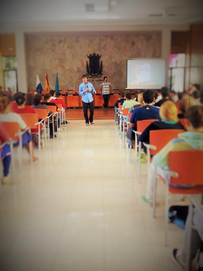 Jorge Flores durante una charla sobre ciberviolencia de género en Agüimes