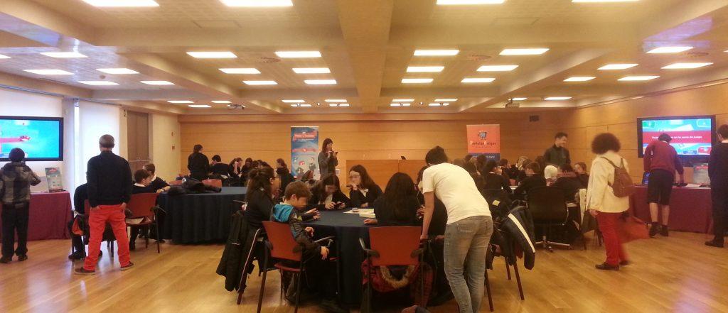 Alumnado del Colegio Nuestra Señora del Carmen de Indautxu participando en el taller gamificado del Fun & Serious Game Festival