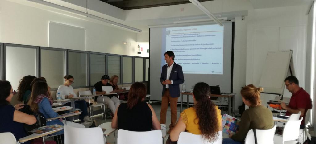 Jorge Flores durante su ponencia sobre el ciberacoso como una forma de violencia digital en el ámbito escolar