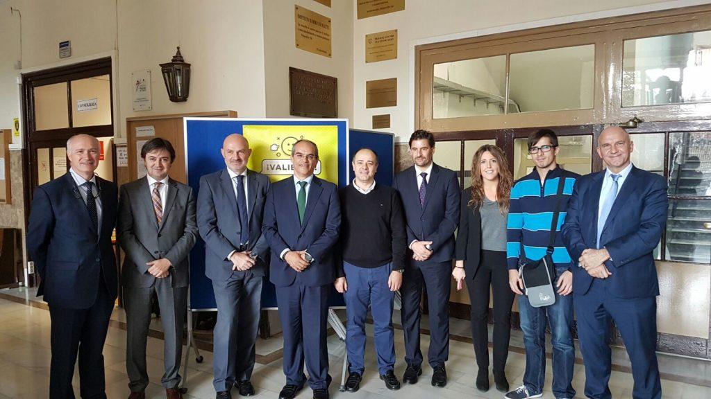 Representantes de Vodafone, PantallasAmigas y la Consejería de Educación de la Comunidad de Madrid durante la presentación en el IES Ramiro de Maeztu del programa cibermentores
