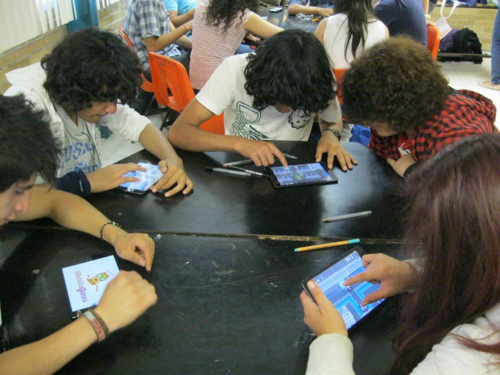 Alumnado de la preparatoria de la UNAM testea el juego Privacy Adventure junto con el equipo H@bitat Puma