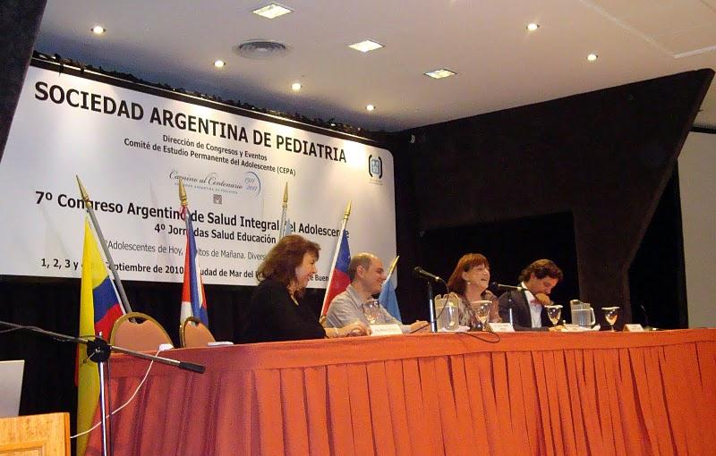 Iván Darío Chahín, en el centro, habla de Ciberbullying