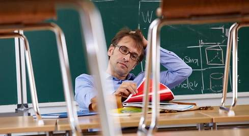 Centros educativos piden medidas contra el acoso a profesores en la red