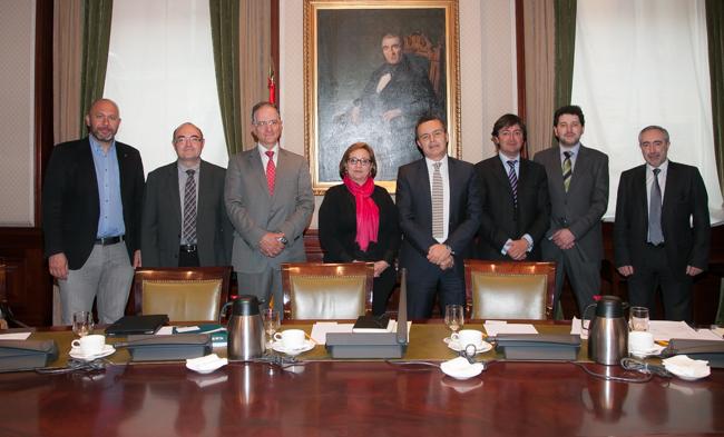 Jorge Flores, junto con Conrado Escobar a su derecha, diputado y Vocal de la Subcomisión, y David Maeztu a su izquierda, abogado especializado en delitos informáticos