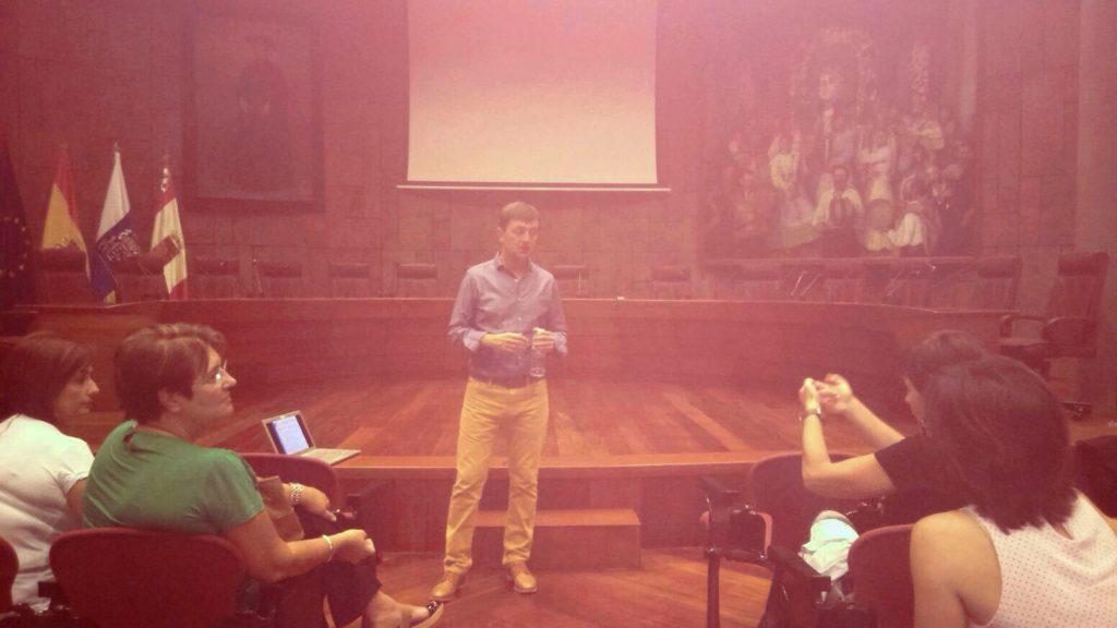 Jorge Flores fundador de PantallasAmigas en el Salón de plenos del ayto de San Sebastián de La Gomera