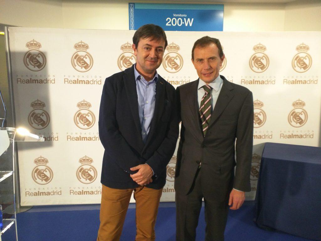 Jorge Flores, Director de PantallasAmigas, posa junto a Emilio Butragueño, Director de Relaciones Institucionales del Real Madrid
