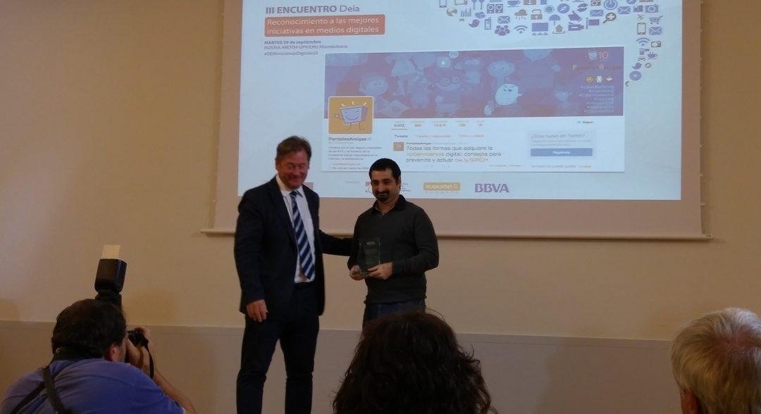 El director de proyectos de PantallasAmigas, recibe el premio de la mano de Bingen Zupiria, director de DEIA