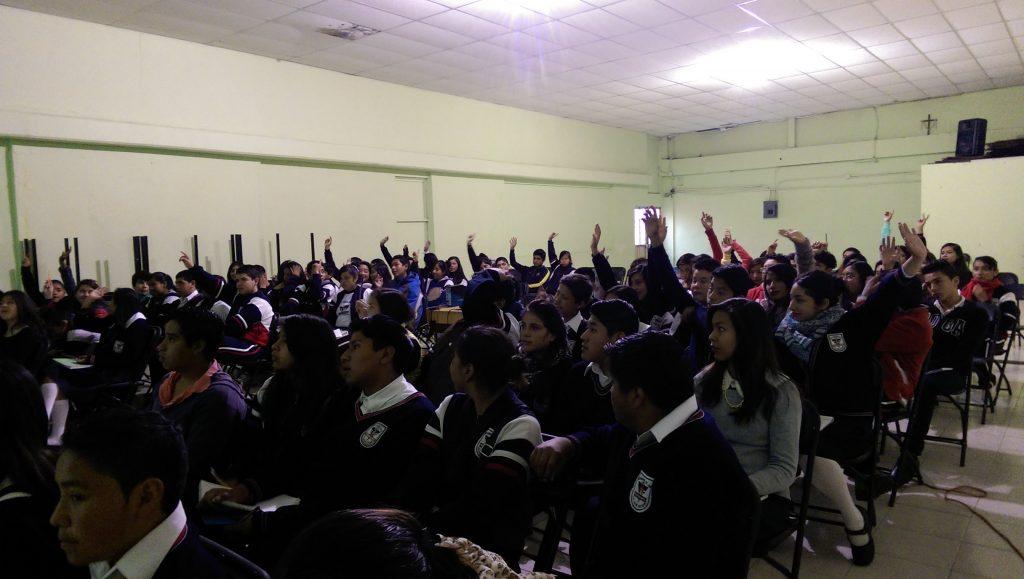 Alumnos y alumnas del Liceo León Guzmán del municipio de Tenango del Valle comparten sus inquietudes durante el taller