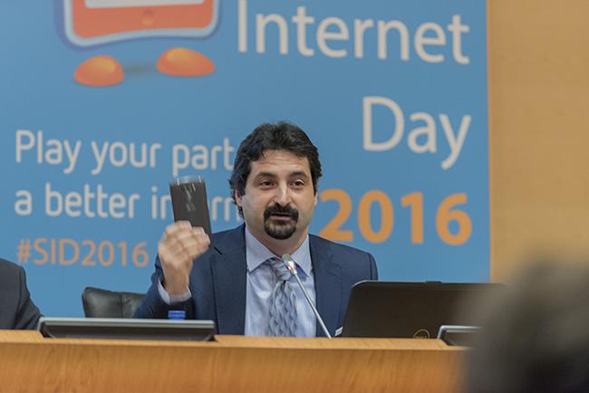 Safer_Internet_Day_Día_de_la_Internet_segura_PantallasAmigas_Plano1_Pilar_y_su_celular