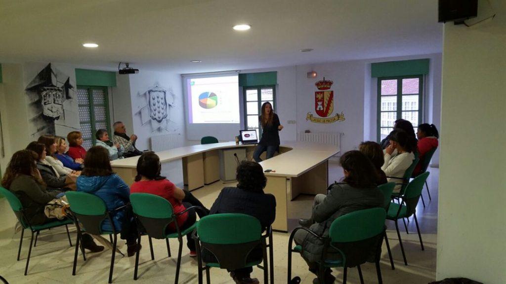 PantallasAmigas y responsable del proyecto, interviniendo con un grupo de madres y padres en el Ayuntamiento de Maceda (Ourense)