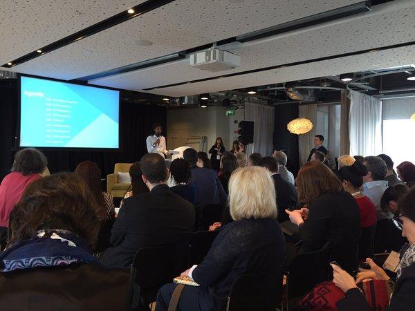 Más de 150 asistentes escuchan la introducción a la cumbre de Britanny Smith - miembro del equipo de políticas públicas de Google