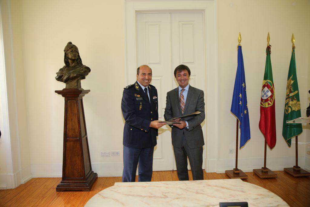 El excelentísimo 2ª Comandante General de la GRN, el Teniente General Luís Francisco Botleho Miguel y el Director de PantallasAmigas, Jorge Flores intercambian el acuerdo firmado.