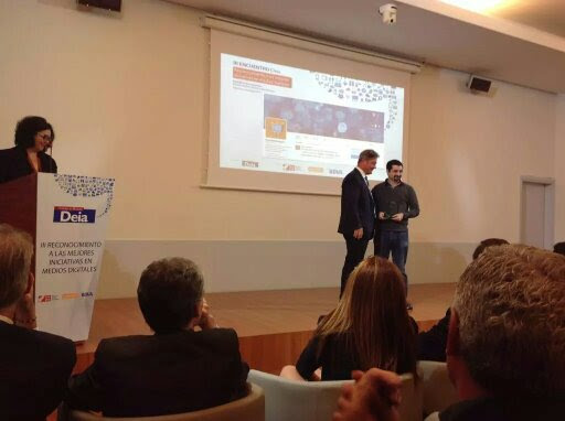 PantallasAmigas recibe el premio de la mano de Bingen Zupiria, director de DEIA