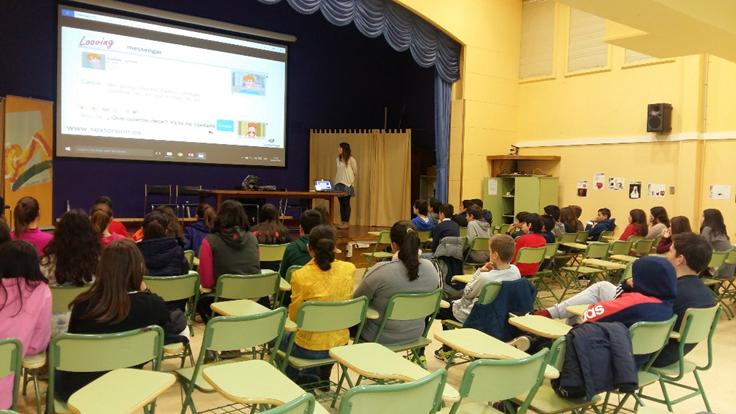Psicóloga de PantallasAmigas y responsable del proyecto, interviniendo con un grupo de adolescentes en el IES Laxeiro en Lalín (Pontevedra).