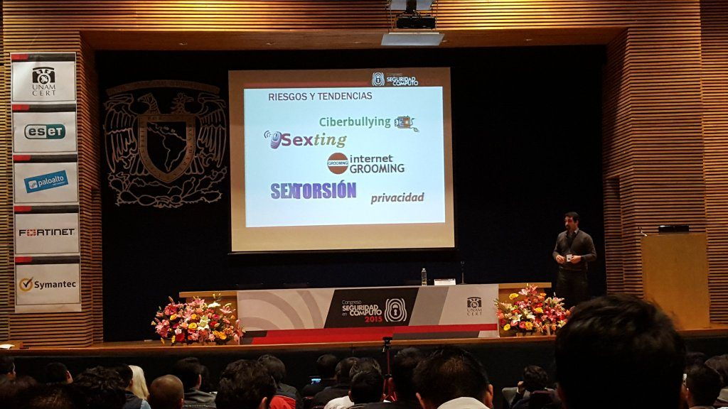 PantallasAmigas compartiendo en en el Congreso Seguridad en Cómputo de UNAM-CERT, México, las claves para promocionar una cultura de ciberseguridad y privacidad en la infancia y en la adolescencia