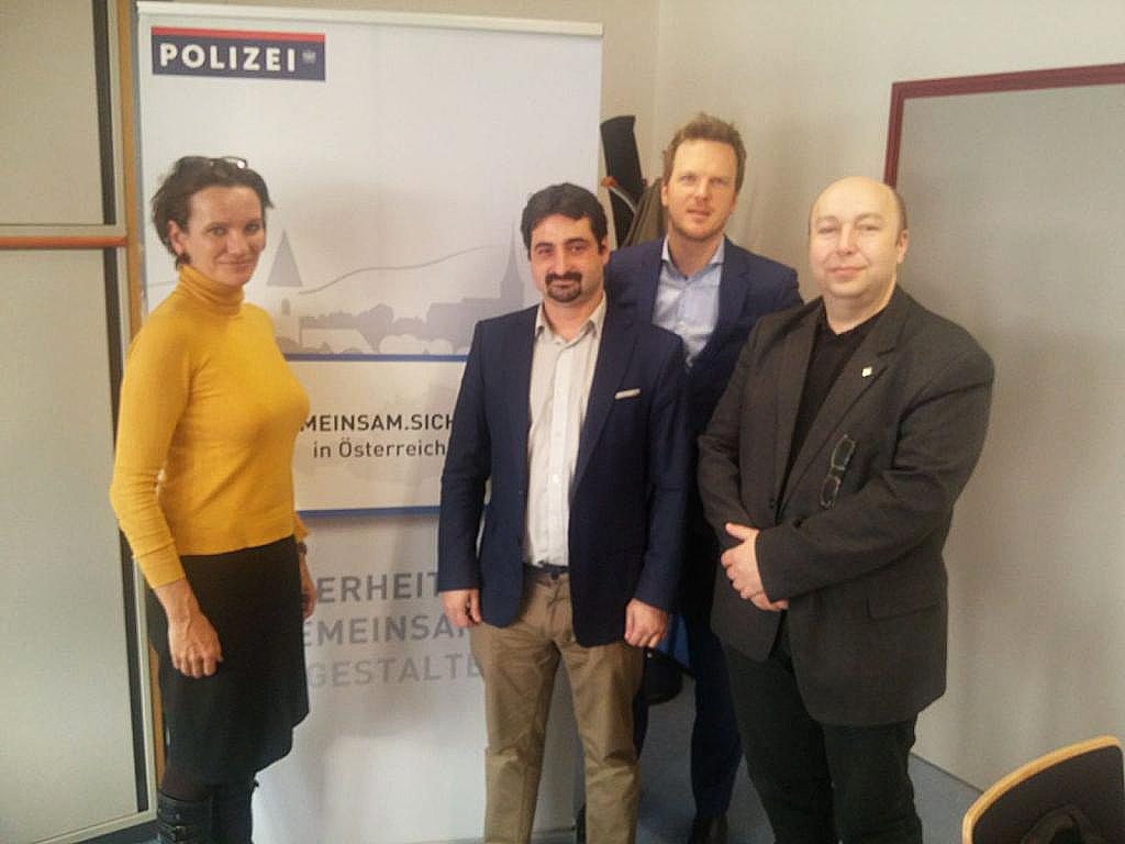 Martina Stoeffelbauer, del subdepartamento para la prevención del delito y apoyo a las víctimas, y Gert Seid, Jefe del Centro de Competencia de la ciberdelincuencia, junto con el director de proyectos de PantallasAmigas, y Bernhard Jungwirth, director de proyectos del Centro de Internet Segura de Austria