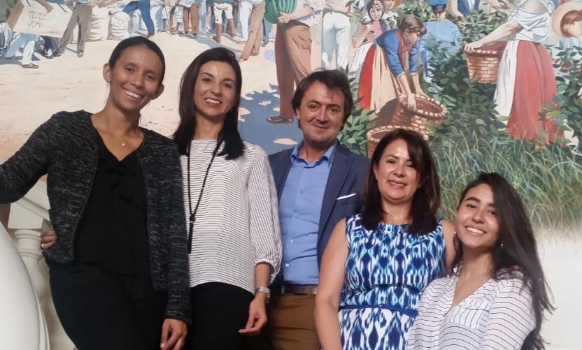 Karla Espinoza (Movistar) con Katia Solórzano y Karla Salguero (MEP), junto a la joven Ardelia Maurel y Jorge Flores (ponentes) en imagen de recuerdo tras la sesión.