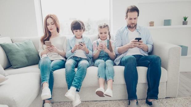 Análisis de Jorge Flores en ABC sobre cómo atajar el uso abusivo de móviles a nivel familiar y social