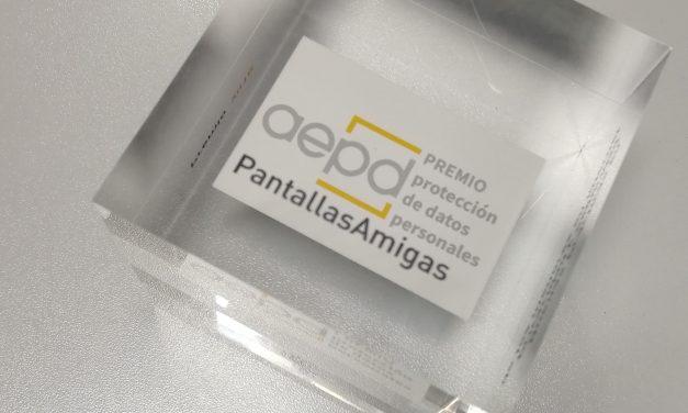 """PantallasAmigas recoge el premio de """"Buenas prácticas educativas en privacidad y protección de datos para un uso seguro de internet"""" otorgado por La AEPD"""