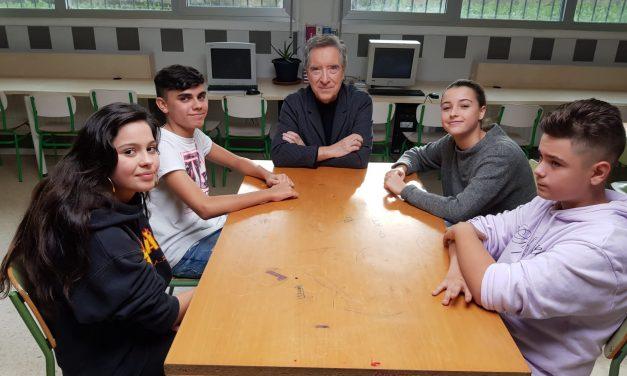 Iñaki Gabilondo visita al equipo de Cibermanagers de Toki Alai para debatir sobre el uso y el abuso de internet y móviles