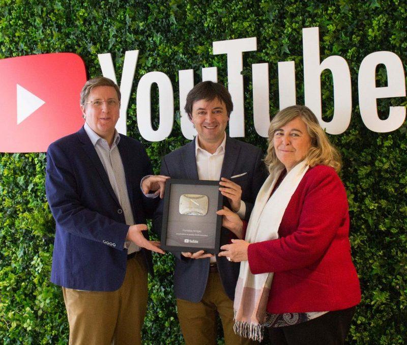 Botón de Plata de YouTube por la labor educativa de su canal para más de 100.000 suscriptores.